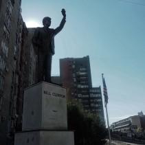 Bill Klinton Bulevardi (Bill Clinton Boulevard) Statue