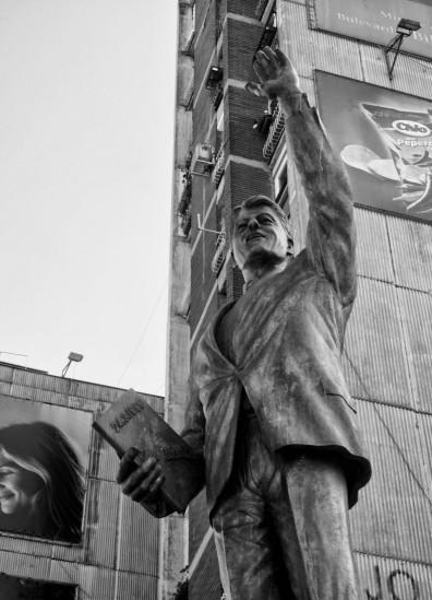 Bill Klinton Bulevardi (Bill Clinton Boulevard) Monument Statue